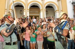 El alcalde presidió la recepción de las autoridades a la Banda de la Legión en la escalinata del antiguo Ayuntamiento. (Julián Blanco)