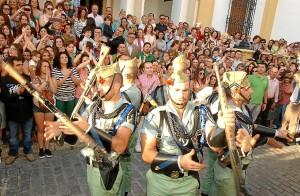 Una multitud rodea a la banda. (Julián Blanco)