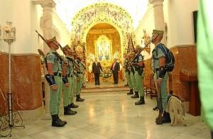Los legionarios rinde homenaje a la Santa Cruz. (Julián Blanco)