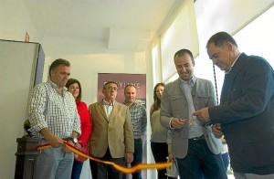 El alcalde de La Palma corta la cinta inaugural junto con el concejal de Deportes. (Julián Blanco)