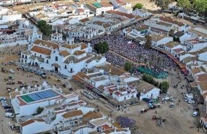 Vista aérea de la misa de romeros este domingo. (Foto: Junta Andalucía)