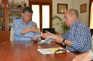 Firma para llevar adelante las obras del Ayuntamiento.