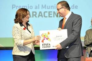 El alcalde de Aracena recibe el reconocimiento a su pueblo.