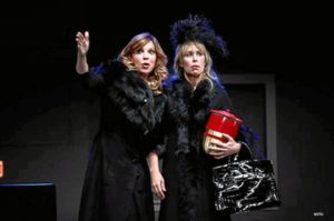Las dos actrices en plena actuación.