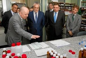 El presidente de la Junta recibe explicaciones de cómo se trabaja en el laboratorio de Huelva. (Julián Pérez)