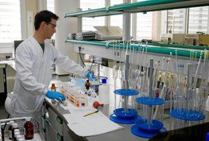Laboratorio de control de calidad ambiental en Huelva. (Julián Pérez)