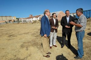 Rodríguez, Arias y Adame en uno de los solares en los que se ha actuado.