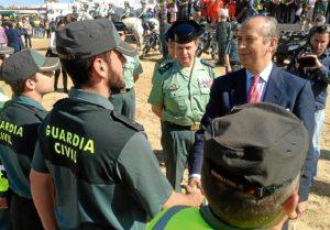 El director general pasa revista a los efectivos de la Benemérita en El Rocío.
