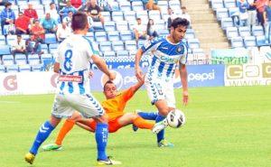 Dimas llevándose el balón ante el Córdoba. (Espínola)