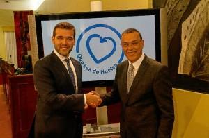 El responsable de Mercadona y el presidente de la Diputación tras la firma del acuerdo.