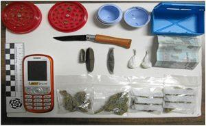 Droga, dinero y varios de los objetos aprehendidos en la operación.