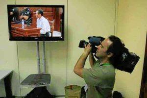 Bretón declara mientras un cámara toma imágenes servidas desde el interior de la sala. (Madero Cubero)