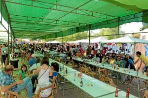 Numerosas personas han acudido al Gazpacho de Asociaciones en Riotinto. (José Carlos Sánchez-Multimagenestudio)