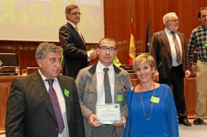 El alcalde y los dos concejales tras recibir la distinción.
