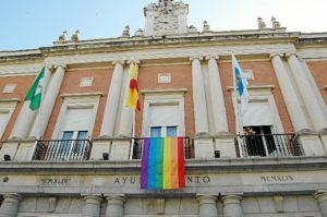 La bandera arcoiris en la fachada del Ayuntamiento de Huelva.