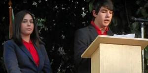 El alumno Jaime Larre, durante su intervención; aguarda su turno Bella Navarro.