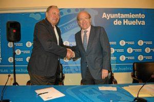 El presidente de AIQBE y el alcalde sellan el acuerdo con un apretón de manos.