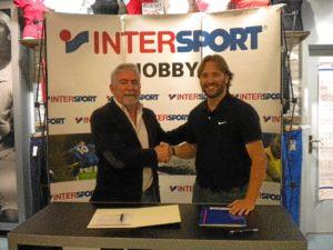Responsables del Consorcio de Bomberos e Intersport sellan la colaboración.
