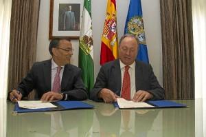 El presidente de la Diputación y el director de la refinería firman el convenio.