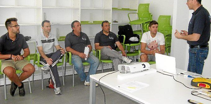 Un momento del curso de uso de desfibriladores impartido en el Polideportivo Municipal de La Palma.