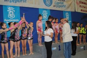 El alcalde Pedro Rodríguez haciendo entrega de las medallas en el Andaluz de gimnasia rítmica.