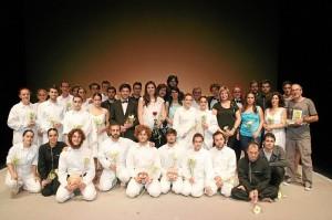 El cuadro de actores junto a familiares de Juan Moreno.