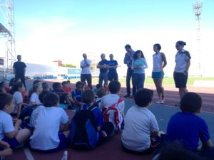 Atletas del Meeting con jóvenes promesas onubenses del atletismo.
