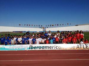 Atletas del Meeting con alumnos de las Escuelas Deportivas.
