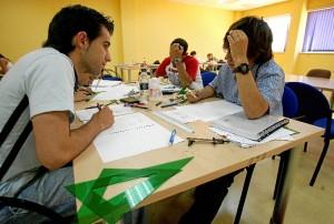 Estudiantes en el proceso de preparación de los exámenes. (Julián Pérez)