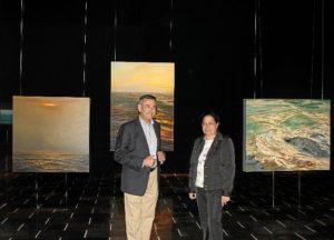 El pintor y la presidenta de la Autoridad Portuaria en la exposición.