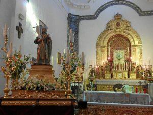 San Juan Bautista, patrón de Linares de la Sierra, aguarda la procesión.