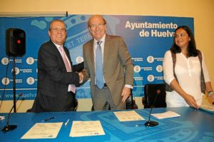 Firma del convenio entre Cruz Roja y el Ayuntamiento de Huelva.