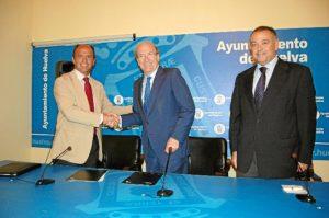 El alcalde y el representantes del Banco Sabadell se saludan en presencia de Juan Carlos Adame.