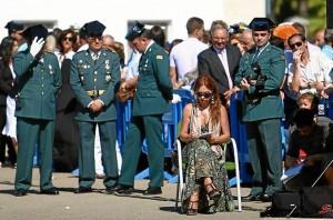 Rosa Font, sentada, durante la cobertura de una información. (Julián Pérez)