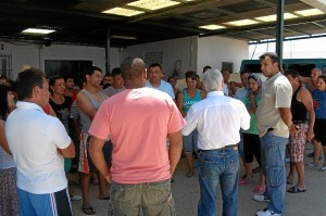 Luciano Gómez acudió al recinto en el que malviven los inmigrantes.