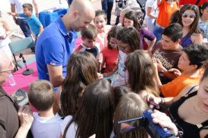Jose Manuel Sierra, rodeado de niños.