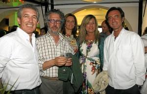 Manuel Diego Pareja Obregón acompañado de amigos.