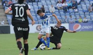 Valle presionado por un jugador del Huesca. (Espínola)