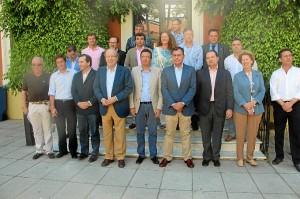 Foto de familia de José Luis Sanz con los integrantes del Consejo de Alcaldes de PP en la provincia de Huelva.