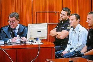 Bretón observa la intervención de su abogado. (Madero Cubero)