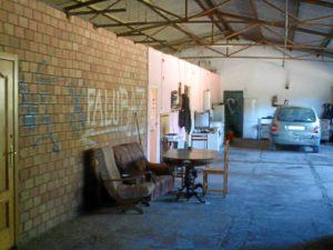 Interior de la nave, en la que según la Guardia Civil vivían rodeados de productos tóxicos.
