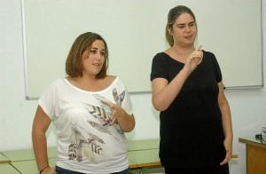 La concejal de Juventud, Patricia Calle -izquierda-, durante el exitoso curso de lenguaje de signos impartido en 2012..