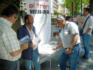Pedro Jiménez en una recogida de firmas por parte de IU.