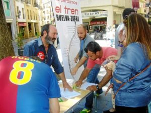 Pedro Jimenez durante un acto de recogida de firmas en Huelva.