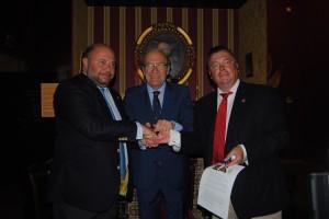 El alcalde junto a los presidentes del Recreativo y Sheefield.