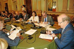 El alcalde y el portavoz del PP en primer plano durante la sesión plenaria de este miércoles.