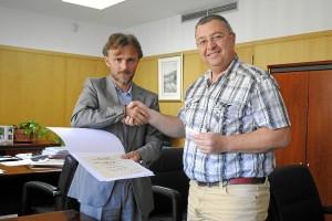 José Fiscal entrega a Francisco Moreno el premio.