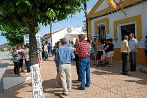 Los vecinos La Zarza muestra su apoyo a los encerrados.