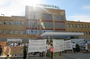 La protesta se ha desarrollado ante las puertas del hospital de Riotinto. (José Carlos Sñanchez-Multimagenestudio)