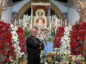 El sacerdote José Antonio Díaz Roca ante la Virgen de Montemayor.